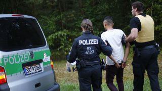 Alman polisi tarafından gözaltına alınan bir Suriyeli sığınmacı
