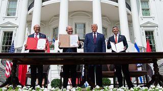 وزير الخارجية البحريني عبد اللطيف الزياني، ورئيس الوزراء الإسرائيلي بنيامين نتنياهو، والرئيس الأمريكي دونالد ترامب، ووزير الخارجية الإماراتي عبد الله بن زايد آل نهيان