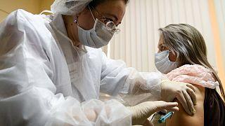 """Rusya, geliştirdiği EpiVakKorona"""" adlı 2.Covid-19 aşısının 3. faz klinik deneylerine başlandığını duyurdu."""
