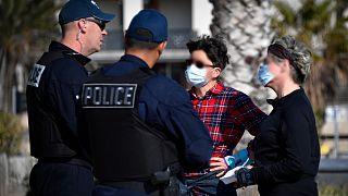 ضباط الشرطة الفرنسية يقومون بمراقبة تراخيص الخروج- أرشيف