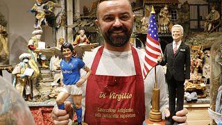 Maradona und Joe Biden als Krippenfiguren: Der neapolitanische Künstler Gennaro Di Virgilio mit seinen neuesten Kreationen.