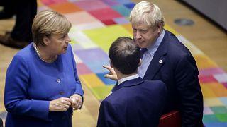 آنگلا مرکل، صدر اعظم آلمان، بوریس جانسون، نخست وزیر بریتانیا و امانوئل ماکرون، رئیس جمهوری فرانسه(پشت به تصویر)