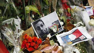 صور الضحايا والزهور والشموع أمام قاعة الحفلات الموسيقية الباتاكلان  في باريس