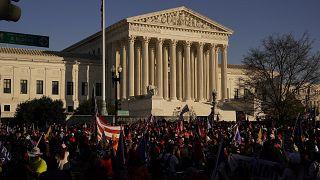 من تجمع مؤيد لترامب أمام مقر المحكمة العليا في واشنطن