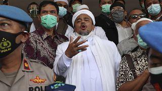 زعيم الجبهة الدفاعية الإسلامية رزيق شهاب عند وصوله إلى مقر الشرطة في جاكارتا. 2020/12/12