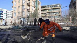 عمال أفغان ينظفون الأضرار التي خلفتها الصواريخ