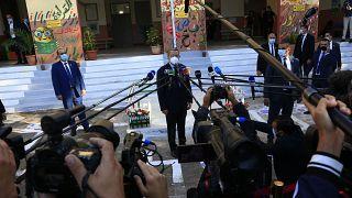 رئيس الوزراء الجزئري عبد العزيز جراد (وسط)
