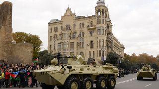 مركبات عسكرية خلال استعراض لإحياء ذكرى انتصار أذربيجان على أرمينيا في ناغورني قرة باغ