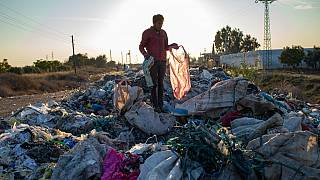 رجل يجمع أشياء من مكب نفايات غير قانوني، أضنة، جنوب تركيا