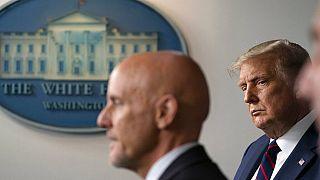 FDA Başkanı Dr. Stephen Hahn (solda), ABD Başkanı Donald Trump (sağda)