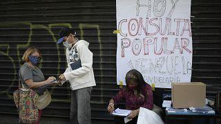 Una de las urnas instaladas por la oposición venezolana el sábado en Caracas