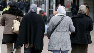 Fejkendőt viselő nők Bécsben (illusztráció)