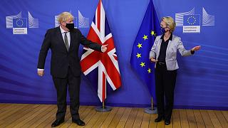 بوریس جانسون، نخست وزیر بریتانیا و اورزولا فندرلاین، رئیس کمیسیون اروپا