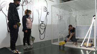 L'artiste Gaëtan Marron à l'intérieur du cube en plexiglass.