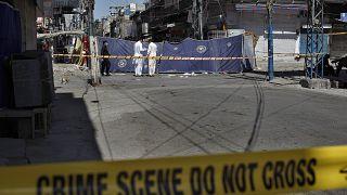 صورة من الارشيف- محققون باكستانيون يفحصون موقع انفجار في روالبندي، باكستان