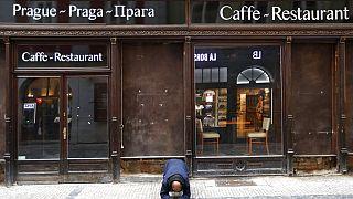 Kéregető egy bezárt cseh étterem előtt