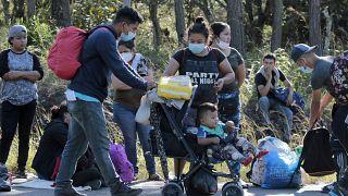Migranten stehen Schlange vor Polizeikontrolle in der Nähe der Grenze zu Guatemala