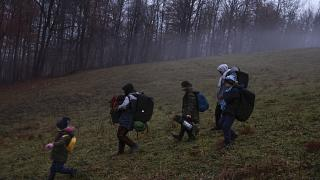 Un grupo de migrantes cruza la frontera entre Bosnia Herzegovina y Croacia