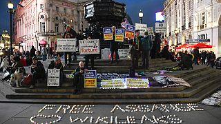 A londoni Picadilly Circus-nél tüntettek szombaton Assange támogatói