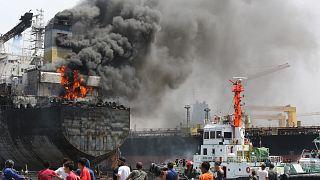 Endonezya'nın Belavan limanında alev alan tanker (Arşiv)