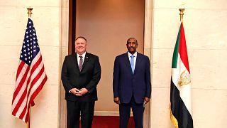 Sudan Egemenlik Konseyi Başkanı  Abdulfettah el-Burhan ile ABD Dışişleri Bakanı Mike Pompeo