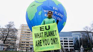 une activiste de l'ONG Greenpeace à Bruxelles le 10 décembre, alors qu'un sommet de l'Union européenne se tenait dans la capitale belge
