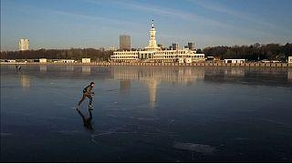 Il laghetto ghiacciato che si è venuto a creare nella riserva Khimki di Mosca