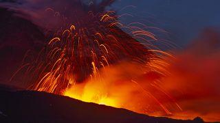 بركان جبل إتنا ينفث الحمم البركانية