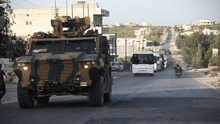 """رتل عسكري تركي يمر عبر  قرية """"أورم الجوز"""" بمحافظة إدلب السورية ، الثلاثاء، 20 تشرين الأول 2020."""