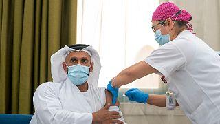 الشيخ عبدالله بن محمد الحامد رئيس دائرة الصحة يخضع لتجربة سريرية للمرحلة الثالثة من اللقاح غير الفعال لكوفيد  في أبوظبي/ أرشبف.