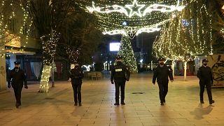 Ausgangssperre im weihnachtlich geschmückten Priština