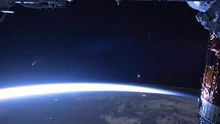 Вид на Землю и комету Неовайз с борта МКС 5 июля 2020