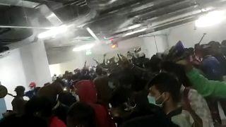 Hindistan'da paralarını alamayan iPhone fabrikası işçileri fabrikayı ateşe verdi