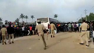 Represión de un motín en una fábrica de Iphone en la India