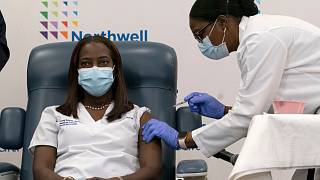 الممرضة الأمريكية ساندرا ليندسي تتلقى أول لقاح فايزر- بيونتيك في الولايات المتحدة
