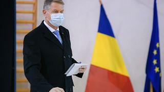 Klaus Iohannis román államfő voksol a 2020. december 6-ai parlamenti választásokon