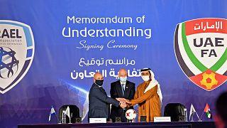 رئيس الاتحاد الإسرائيلي لكرة القدم أورين حسون ورئيس الفيفا جياني إنفانتينو ورئيس اتحاد الإمارات لكرة القدم الشيخ راشد بن حميد النعيمي خلال  توقيع اتفاقية تعاون في دبي.