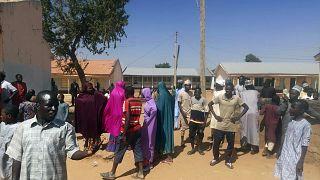 Nijerya'da silahlı kişilerin bir yatılı okulu basarak 300'den fazla çocuğu kaçırmasının ardından aileleri, okula akın etti