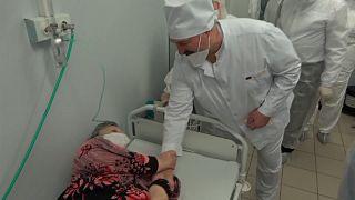 Belarus Devlet Başkanı Lukaşenko, Covid-19 hastalarını ziyaret etti