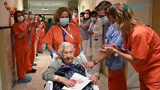 Elena recibe el aplauso del personal sanitario del Gregorio Marañón al recibir el alta
