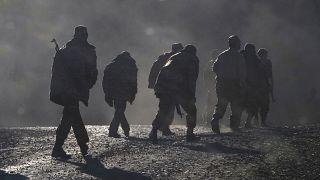 Dağlık Karabağ sınırında yürüyen Ermeni askerleri
