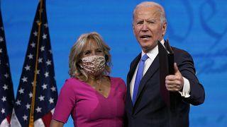El presidente electo, Joe Biden, saluda tras su discurso a la nación