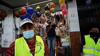 Funcionarios advierten a los comerciantes del centro de Ciudad de México que deben cerrar a las cinco de la tarde