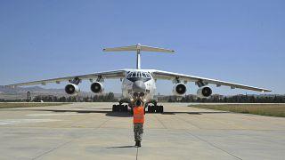 Russische Frachtmaschine bringt Teile des Systems in die Türkei.