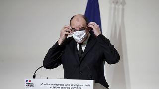 Le Premier ministre français Jean Castex enlève son masque durant une conférence de presse, le 3 décembre 2020 à Paris, France