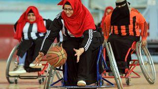 لاعبات كرة سلة يمنيات على كراسي متحركة في مواجهة الحرب والمجتمع