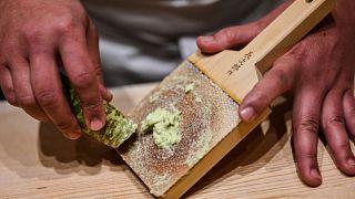 Sushi-Koch Toshiya Matsushita bereitet frischen Wasabi zu