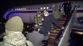Soldados armenios liberados descienden el avión ruso en el aeropuerto militar de Ereván