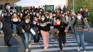 طلاب يغادرون مدرستهم في كامبو ليه بان، جنوب غرب فرنسا.