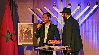 حاخام مغربي وعضو في الجالية اليهودية في الدار البيضاء خلال احتفال الليلة الخامسة من عيد حانوكا اليهودي في 14 ديسمبر 2020 في الدار البيضاء